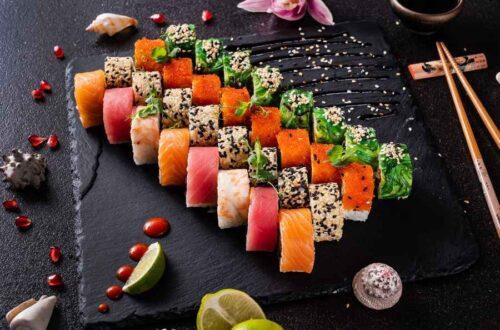 Kaburimaki Sushi Med Sort Baggrund