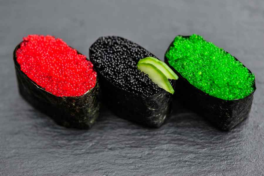 Rød, Sort Og Grøn Tobiko Gunkan Maki Nigiri Sushi